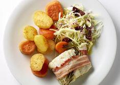 Stegt mørksej i bacon med spidskålssalat og stegte kartofler | Meny.dk