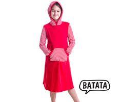 Kapuzenkleid von Batata, aus Bio-Baumwolle mit geringelten Ärmeln und aufgesetzer Kängurutasche. Kann man in grün, marine oder rot kaufen in den Größen 74/80 bis 134/140.  Bezug: http://www.batata.de/Kinderkleidung-bis-Gr-146-152/Kleider-128/Vater-Artikel-KL002-709-717-815.html #Batata
