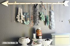 Hazte un colgador de collares y pendientes DIY como este handmade!