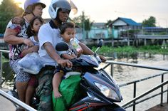 Thai Life - This is how it's done in #Thailand #familyonascooter