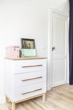 Beautiful TARVA dresser hack by Auguste&Claire | Brussel apartment visit on sitsitso.com