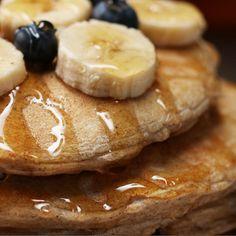 Un desayuno saludable con un toque de fruta fresca y deliciosa miel <3 ¿Ya probaste estos ricos pancakes de vainilla?