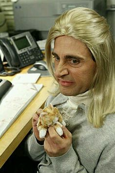 ahhahahaha this is why the office is the best. michael dressed as angela Michael Scott, The Office Nbc, The Office Show, Office Tv, The Office Season 7, The Office Dwight, Tori Tori, Office Jokes, Office Wallpaper