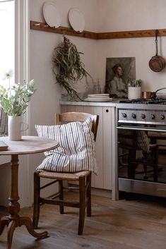 A peaceful kitchen in a bustling city - apartment inspiration - Apartment Inspiration, Home Decor Inspiration, Decor Ideas, Diy Ideas, Küchen Design, House Design, Interior Design, Interior Plants, Sweet Home