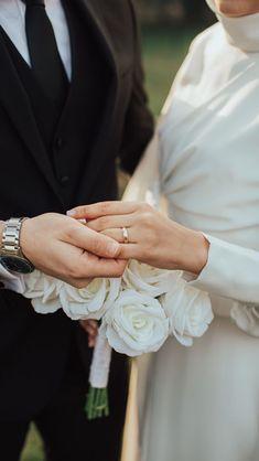 Muslim Wedding Gown, Muslimah Wedding Dress, Wedding Dresses, Foto Wedding, Wedding Pics, Dream Wedding, Wedding Photography Contract, Muslim Couple Photography, Wedding Photoshoot