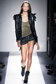 Daria Werbowy au défilé Balmain printemps-été 2010 http://www.vogue.fr/mode/cover-girls/diaporama/le-top-daria-werbowy-en-50-looks/6913#6