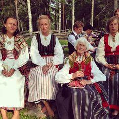 De två dräkterna till höger är från Bjuråker, flickan i mitten har en dräkt från Idenor eller möjligen Hög? tror jag. Dräkten till vänster är ingen hälsingedräkt.
