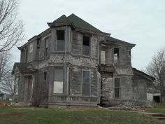 previous pinner-- Abandoned house, Cowgill, Missouri, by Kerri Old Abandoned Buildings, Abandoned Property, Abandoned Castles, Abandoned Mansions, Old Buildings, Abandoned Places, Creepy Old Houses, Haunted Houses, Old Farm