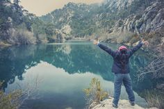 Woman hiker with a beautiful lake at background Solo Camping, Hobbies To Take Up, Camping Checklist, Lake Life, Family Activities, National Parks, To Go, Entertaining, River
