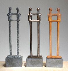 Het beeldje rechts is bedekt met een laagje echt staal en het andere beeld met een laagje echt brons!  Een nieuwe techniek waarbij echte metalen aangebracht worden op een stevig soort resin. Betaalbare kunst voor € 215,40    www.ragondaijtsma.nl  #huwelijksgeschenk #kunst #cadeau #trouwen #trouwdag #huwelijk #geschenken #echtpaar #kunstgeschenken #kunstcadeau