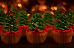 Christmas tree cupcakes..   that's way too much frosting for me but how cute!!