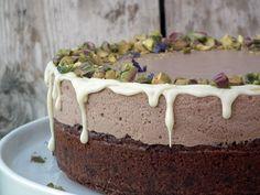Brownie med pistasjnøtter og melkesjokolademousse