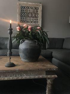 Decoratie op salontafel World Decor, Vintage Interior Design, Black Decor, Rustic Interiors, Wabi Sabi, Shabby Chic Decor, Vase, Furniture Makeover, Flower Decorations