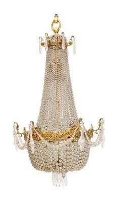 Grand lustre de forme corbeille en verre taillé et bronze doré à six lumières. Fin du XIXe - début du XXe siècle.