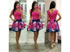 V modro-cyklaménových kvetinových šatách v tvare A zažiarite na každej letnej slávnosti. Sukňa si drží áčkový tvar vďaka spodničke, na ktorej je našitý tyl. Šaty sa zapínajú vzadu na zips.