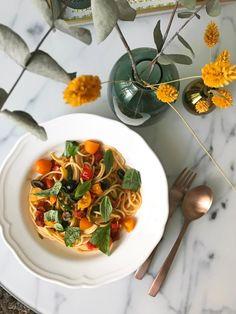 Sommerliche Spaghetti #spaghetti #pasta #noodles #chorizo #nudeln Food Blogs, Foodblogger, Chorizo, Pesto, Lifestyle Blog, Noodles, Zucchini, Seafood, Spaghetti