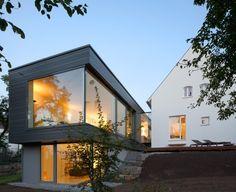 Umbau walmdachhaus mit modernem anbau erweitert for Traditionelles deutsches haus