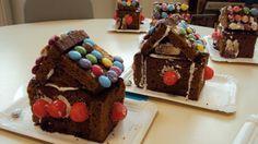 Les enfants ont fabriqué la maison de la sorcière du conte Hansel et Gretel. Pour cela, ils avaient du pain d'épices, des smarties, des fraises tagada et des bonbons coca. Pour faire tenir le tout ensemble, nous avons mélangé un blanc d'oeuf avec beaucoup...