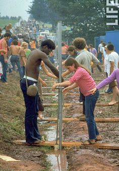 """The original plan was for an outdoor rock festival, """"three days of peace and music"""" in the Catskill village of Woodstock. What the young promoters got was the… 1969 Woodstock, Festival Woodstock, Woodstock Photos, Woodstock Hippies, Woodstock Music, Radios, Estilo Hippie, Rock Festivals, Happy Hippie"""