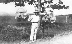 Puerto Rico 1914. Selling hats.