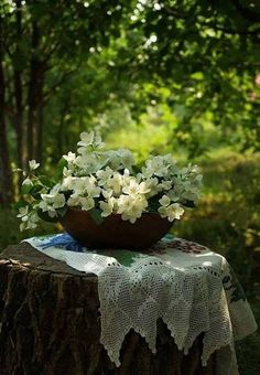 Bouquet in the Garden (the use of material softens this look. Simply Beautiful, Beautiful World, Beautiful Gardens, Beautiful Flowers, Beautiful Crochet, Romantic Flowers, Absolutely Fabulous, Naturally Beautiful, Deco Floral
