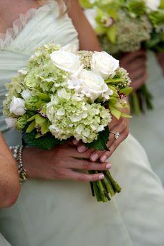 Zelenobílá kombinace s hortenzií, růžemi a orchideí.