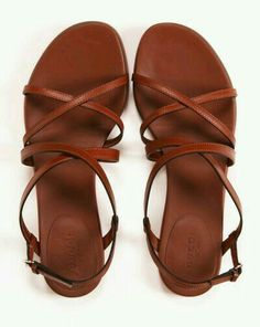 Des chaussures d'été en cuir.