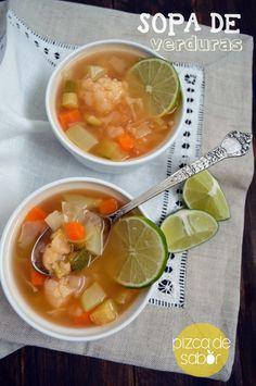 Cómo hacer sopa de verduras (o sopa para limpiar el cajón de verduras del refrigerador) www.pizcadesabor.com