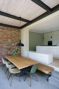 Essbereich mit Höhensprung als Bank - Anbau Esszimmer, Küche an Siedlerhaus 30er Jahre