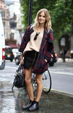 Une mini-jupe avec un manteau à carreaux