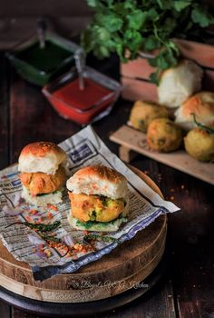 Vada Pav is a mumbai street food. Vada Pav is a mumbaikar affordable cheap, any time favorite fast food. Vada Pav served with red chutney and green chutney. Green Chutney Recipe, Chutney Recipes, Mumbai Street Food, Indian Street Food, Vada Pav Recipe, Vegetarian Fast Food, Indian Food Recipes, Ethnic Recipes, Indian Snacks