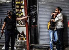 17. 在2013年土耳其反政府抗議運動滿週年時,在碰上警察的時候,一位男性抗爭者正在保護另一名女性抗爭者。