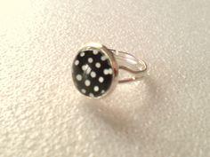 Bezaubernder Vintage Ring mit Glas-Cabochon Punkte schwarz-weiß!  12mm Cabochon  Ringgröße ist variabel.....