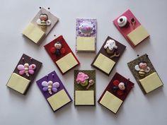 Ímãs de geladeira produzidos em cartonagem, com aplique de biscuit. Post it, ideal para suas anotações.  Modelos e cores a escolher.  Frete por conta do comprador.