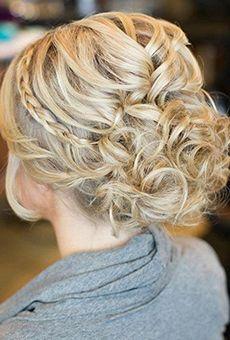 A Updo Curly com uma fina faixa trançada | Hairstyle do casamento