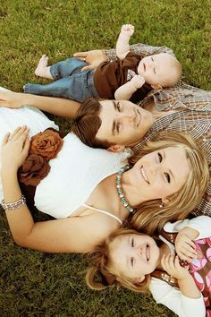 family of 4 with baby pictures ideas - Family Photo Inspiration - Family Photography / Photo Session Ideas / Family Photoshoot Cute Family Photos, Fall Family Pictures, Family Picture Poses, Family Photo Sessions, Family Posing, Family Portraits, Fall Photos, Country Family Photos, Children Pictures