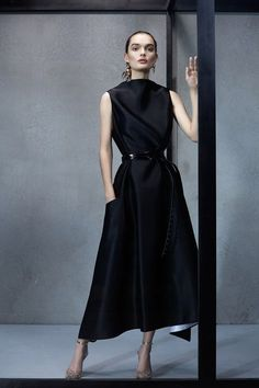 Maticevski Spring 2019 Ready-to-Wear Fashion Show Collection: See the complete Maticevski Spring 2019 Ready-to-Wear collection. Look 28 Women's Dresses, Elegant Dresses, Fashion Show, Fashion Outfits, Fashion Tips, Fashion Trends, Fashion 2018, 50 Fashion, Cheap Fashion