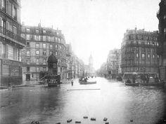 Les kiosques hexagonal dans les rues introduits par Haussmann pour vendre des marchandises et pour présenter les affiches