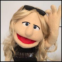 Marioneta de profesional estilo humano. Marioneta de medio cuerpo hecha a la medida basado en su diseño. Títeres en la foto fueron construidos para clientes anteriores y hay como una ilustración del producto final que puede esperar. Tu títere será personalizado para usted, basado en sus ideas de diseño. Las características incluyen- 2 armrods fijadas Lana de antron (paño grueso y suave de Muppet) Espuma reticulada  Una vez que ha enviado el pago, póngase en contacto con me por correo…