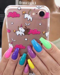 E quem disse que só pode usar as unhas de uma cor só?!   Uma unha de cada cor pode?   - É CLARO QUE PODE SIM!  Vai ser feliz...   . . .  Inspire-se em lindas unhas aqui ⬇️   YouTube.com/unhasdalala  . . .  E essa capinha de Unicórnio  gente  Posso com isso não!   . . .  #unhascoloridas #unicornio #unicorn #capinha #case #unicorncase #caseiphone7 #iphone7