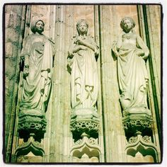 Trois poseuses gothiques à #Bruxelles