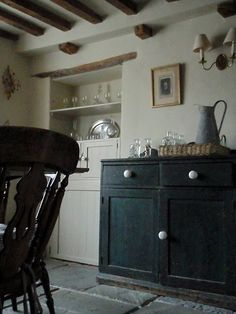 Farmhouse kitchen (this makes me want to pare way down!)