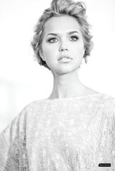 Arielle Kebbel (Elatha)