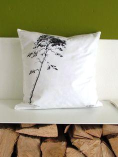 """Kissenhülle """"Kiefer"""" 40x40 cm  Kissenhülle – mit Baum-Motiv 'Kiefer' Weißer, hochwertiger Baumwollstoff einseitig im Siebdruck-Verfahren bedruckt. Da es sich hier um Handsiebdruck handelt, kann es zu geringen Abweichungen in der Farbtondichte kommen. Das Innenkissen wird NICHT mit geliefert! Größe/Maße: für ein Innenkissen der Größe 40x40 cm Verwendete Materialien: weiße Kissenhülle mit Reißverschluss - hochwertige Baumwollqualität (100%) Siebdruckfarbe"""