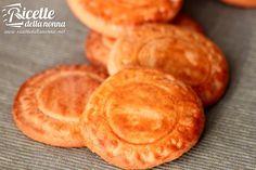 I Tarallucci sono dei biscotti di pasta frolla molto famosi commercializzati dal Mulino Bianco. Fragranti e deliziosi, questa è la ricetta per provare a prepararli in casa.
