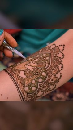 Mehndi Henna Timelapse - Side view of Indian Bride This henna Mehndi Timelapse shows the henna artist creating an Indian Bride in the Henna Design. Such a beautiful and elegant henna design that is perfect for an Indian Wedding. Henna Hand Designs, Mehndi Designs Finger, Basic Mehndi Designs, Mehndi Designs For Beginners, Mehndi Designs For Girls, Wedding Mehndi Designs, Mehndi Designs For Fingers, Mehndi Design Images, Beautiful Henna Designs