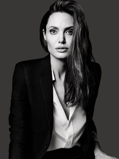Elle (US) - 003 - Angelina Jolie Source - Photo Gallery Your bigg . - Elle (US) – 003 – Angelina Jolie Source – Photo Gallery Your bigg … – - Angelina Jolie Fotos, Angelina Jolie Pictures, Poses Headshot, Headshot Posen, Business Portrait, Elle Us, Black And White Portraits, Studio Portraits, Female Portrait