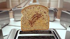 カナダの大手パンメーカー「Dempster's」が制作した、全粒粉やライ麦、キヌアなどの穀物を材料に使用した雑穀入りパンのチャーミングなテレビCM。  ずらりと並んだトースターの中からパンが次々と飛び出してきますが、パンには焦げ目のイラストが描かれています。そのイラストが少しずつ変化していく様子をカメラが追っていくことで、まるでパラパラ漫画のように見えるというもの。この撮影のために220台のトースターをそれぞれ絶妙なタイミングで飛び出すようタイマーをセットしたのだといいます。   新製品である「Supergrains」、「Purple Wheat & Flax」、「Seed Lover's」などの商品をテンポの良いメロディーに乗せて紹介していきます。   ちなみに、日本ではパンといえばしっとりふわふわの食パンが主流ですが、欧米では雑穀がたっぷり入った、どっしり重めのハード系のパンが人気なんだとか。朝のすがすがしい気分にピッタリの心地よく、思わず見入ってしまうTV-CM