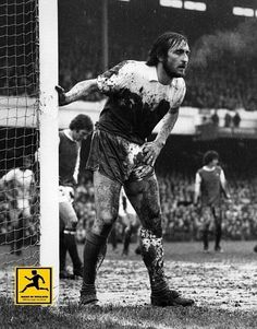 Frank Lampard Snr playing for West Ham in an FA Cup quarter-final at Arsenal in 1975. The Hammers won the game 2-0.