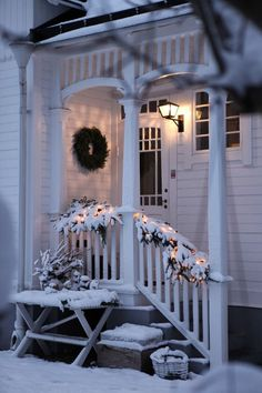 Have a merry little Christmas – xmasfection: queue ♡ - Christmas Home Decorations Christmas Porch, Merry Little Christmas, Noel Christmas, Country Christmas, Winter Christmas, All Things Christmas, Christmas Decorations, Table Decorations, Outdoor Christmas